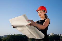 affären betraktar konstruktionsplankvinnan Arkivfoton