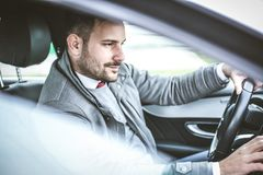 affären rymmer tur för manstandsresväska oigenkännlig Man i bil royaltyfria bilder