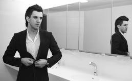 affären som kontrollerar hans looks, man den fåfänga spegeln Royaltyfri Foto