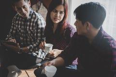 Affären startar upp laget att diskutera i en kaffekafémeetin Royaltyfria Bilder