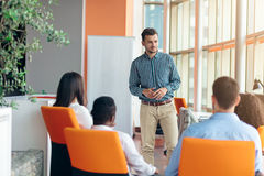 Affären, starten, presentationen, strategi och folkbegreppet - man danandepresentationen till det idérika laget på kontoret royaltyfria bilder