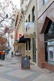 Affärer längs kongressavenyn i i stadens centrum Austin, Texas Royaltyfria Bilder