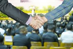 Affärsöverenskommelse mellan kapitalister och entreprenörer royaltyfri bild