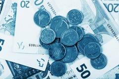 Affärs-, finans-, investering-, besparing- och kassabegrepp - som är nära upp av pengar och mynt för euro pappers- på tabellen Arkivfoto