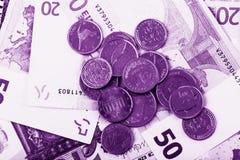 Affärs-, finans-, investering-, besparing- och kassabegrepp - som är nära upp av pengar och mynt för euro pappers- på tabellen Royaltyfri Fotografi