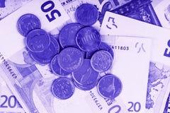 Affärs-, finans-, investering-, besparing- och kassabegrepp - som är nära upp av pengar och mynt för euro pappers- på tabellen Royaltyfri Bild