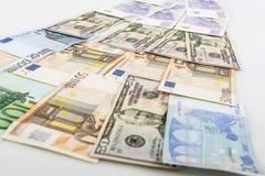 Affärs-, finans-, investering-, besparing- och kassabegrepp - som är nära upp av pengar och mynt för euro pappers- på tabellen Arkivbild