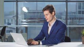 Affärs-, folk-, skrivbordsarbete- och teknologibegrepp - upptagen affärsman med bärbar datordatoren och legitimationshandlingar s lager videofilmer