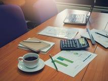 Affärs- och finansbegrepp av kontorsarbete, kontorsskrivbord med bärbara datorn, anteckningsbok, kaffe royaltyfri foto