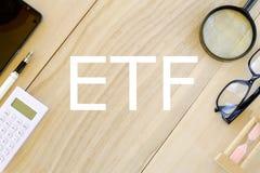 Affärs- och finansbegrepp Den bästa sikten av stationärt på träbakgrund som var skriftlig med ETFExchange, handlade Fundrealtime  royaltyfria foton