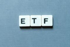 Affärs- och finansbegrepp ETF& x28; Utbyte handlade Fund& x29; bokstav på grå bakgrund arkivbild
