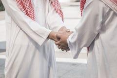 Affärs- och kontorsbegrepp - araben och affärsmannen skakar Arkivfoton