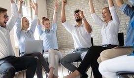 Affärs-, start-, gest-, folk- och teamworkbegrepp - lyckligt idérikt lag i regeringsställning royaltyfria bilder