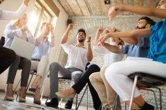 Affärs-, start-, gest-, folk- och teamworkbegrepp - lyckligt idérikt lag i regeringsställning arkivfoton