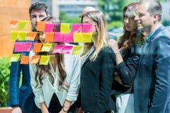 Affärs-, start-, planläggnings-, ledning- och folkbegrepp - slump fotografering för bildbyråer