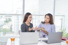 Affärs-, teamwork- och folkbegrepp - kvinnligt lag eller businessw arkivbild