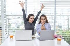 Affärs-, teamwork- och folkbegrepp - kvinnligt lag eller businessw royaltyfria bilder