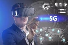 Affärs-, teknologi-, internet- och nätverksbegrepp Den unga affärsmannen som arbetar i virtuell verklighetexponeringsglas, ser in royaltyfri fotografi
