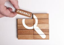 Affärs-, teknologi-, internet- och nätverksbegrepp Den unga affärsmannen visar ordet: Firewall royaltyfri fotografi