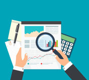 Affärsanalytiker, analys för finansiella data Affärsman med magn Arkivbild