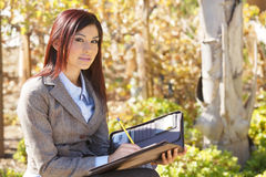 affärsanmärkningar som tar kvinnan Arkivfoton