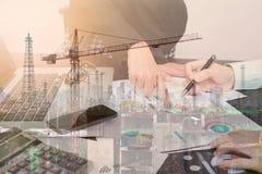 Affärsarbetare för dubbel exponering med den graffinans och fabriken arkivbilder