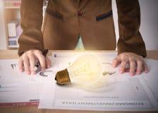 Affärsarbetare med den ljusa kulan på skrivbordkontor Arkivbild