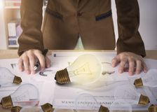 Affärsarbetare med den ljusa kulan på skrivbordkontor Fotografering för Bildbyråer