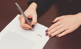 Affärsarbetare som undertecknar avtalet Royaltyfria Bilder