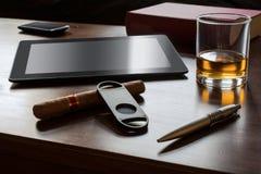 Affärsarbete med cigarren, minnestavlan och en Smartphone Arkivfoton
