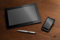Affärsarbete med minnestavlan, Smartphone och en blyertspenna Arkivfoto