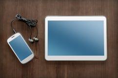 Affärsarbete med minnestavlan, Smartphone och hörlurar med mikrofon Royaltyfri Bild