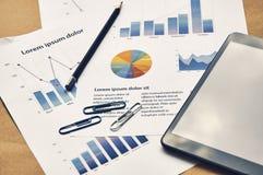 Affärsarbetsplats med falska dokument tekniker för finansiell statistik royaltyfria bilder