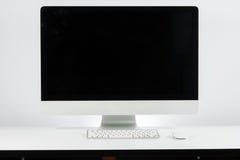 Affärsarbetsplats med med datorbildskärmtangentbordet och M Arkivbilder