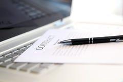 Affärsavtalet med pennan är klart att underteckna Royaltyfri Bild