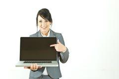 affärsbärbar dator som pekar den le kvinnan Arkivfoton