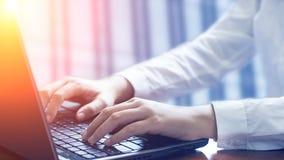 affärsbärbar datorkontor genom att använda kvinnan Arkivbild
