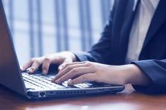 affärsbärbar datorkontor genom att använda kvinnan Royaltyfri Bild