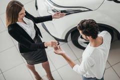 Affärsbiträde med kunden i bilåterförsäljare Royaltyfri Foto
