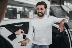 Affärsbiträde med kunden i bilåterförsäljare Arkivbild