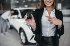Affärsbiträde med kunden i bilåterförsäljare Arkivbilder