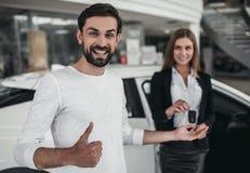 Affärsbiträde med kunden i bilåterförsäljare Fotografering för Bildbyråer