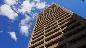 Affärsbyggnad i blå himmel Royaltyfri Bild