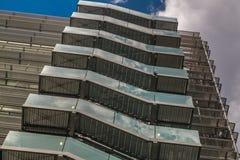 Affärsbyggnad med den nöd- stegen för metall/brandflykt i moderna kontorsbyggnader med att upprepa strukturen och reflekterad him royaltyfri bild