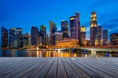 Affärscentret och skyskrapor står högt i Singapore på skymning Arkivbild