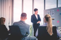 Affärschef som ger den kraftiga konferensen arkivbilder