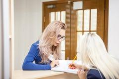 Affärsdam med hennes blonda sekreterare i det väntande området av a Royaltyfria Foton