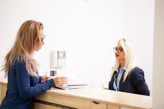 Affärsdam med hennes blonda sekreterare i det väntande området av a Royaltyfri Foto