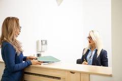 Affärsdam med hennes blonda sekreterare i det väntande området av a Royaltyfri Bild
