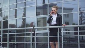 Affärsdam With Phone och handväska stock video